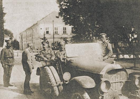 Советскую власть приняли многие царские офицеры. В том числе и знаменитый генерал Алексей Брусилов (на фото – стоит без головного убора перед великим князем Георгием Михайловичем). Фото 1915 года