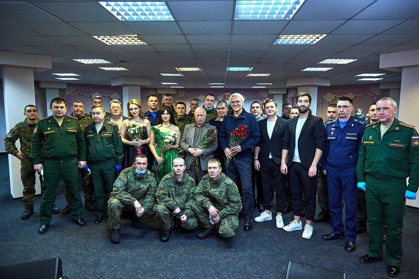 Российские артисты и коллектив ЦДРА выступили с концертом для военнослужащих