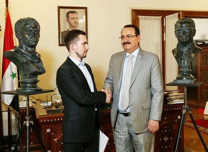 Передача бюстов героев в дар посольству Сирии.