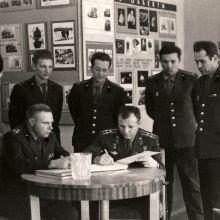 Ю.А. Гагарин подписывает журнал посетителей музея. 1966 год.